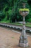 Элемент украшения расположенный в старом и красивом железнодорожном вокзале в Европе, Румынии Стойка металла для заводов стоковые фото
