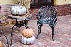 Элемент хеллоуина - тыквы и цветки с веником ` s ведьмы на таблице и поле стоковые изображения
