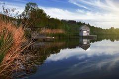 Эллинг на береге озера красивейшая природа Стоковое Фото