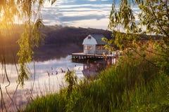 Эллинг на береге озера красивейшая природа Стоковые Фотографии RF