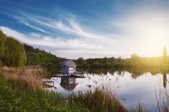 Эллинг на береге озера красивейшая природа Стоковые Фото