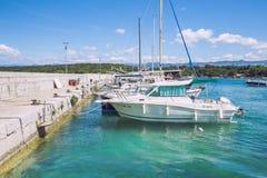 Эллинг на Хорватии, природе, деревьях и открытом море Стоковое Фото