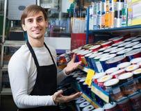 Эмаль продавца предлагая в магазине Стоковое Изображение RF