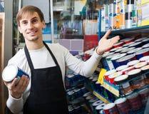Эмаль продавца предлагая в магазине Стоковая Фотография RF