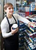 Эмаль продавца предлагая в магазине Стоковая Фотография