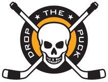 Эмблема хоккея с черепом и пересеченными хоккейными клюшками иллюстрация вектора