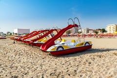 Эмилия-Романья, Италия, шлюпки на пляже Известный курорт Римини стоковые изображения