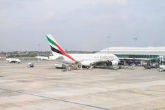 Эмираты самолета на авиапорте Стоковые Изображения RF