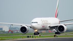 Эмираты SkyCargo 777 ездя на такси перед взлетом видеоматериал