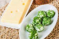 Эмменталь и белый шарик сыра с chive Стоковая Фотография