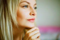 Эмотивный портрет молодой красивой женщины с длинными белокурыми волосами стоковые фотографии rf