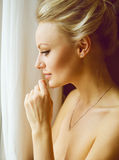 Эмотивный портрет молодой красивой женщины с длинными белокурыми волосами Стоковые Изображения RF