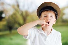 Эмоции выставки мальчика на предпосылке парка с светом Стоковое Изображение RF