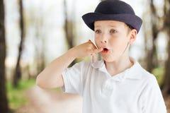 Эмоции выставки мальчика на предпосылке парка с светом Стоковая Фотография