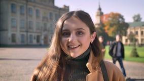 Эмоции конца-вверх удивительные кавказской девушки стоя все еще, усмехаясь ободрения демонстрации, sunshines и городского сток-видео