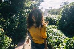Эмоции лета радостные под солнцем стоковая фотография rf
