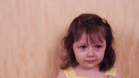 Эмоции малого ребенка Маленькая девочка в желтом платье Портрет красивейшей девушки видеоматериал