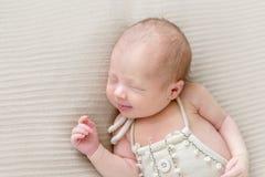 Эмоции младенца в костюме спать, крупного плана стоковые изображения rf