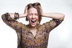 Эмоции стресс, сумасшествие кричать концепции сумасшедший женщина разрывая ее волосы естественный подросток кричащий с близкими г стоковые фотографии rf