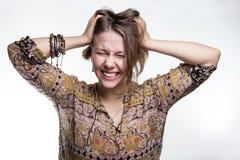 Эмоции стресс, сумасшествие кричать концепции сумасшедший женщина разрывая ее волосы естественный подросток кричащий с близкими г стоковые изображения