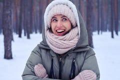 Эмоции сюрприза на стороне женщины во время зимы Стоковое Изображение