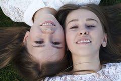 Эмоции людей, очаровательные близнецы сестер Стоковые Изображения