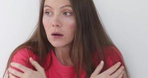 Эмоциональная девушка показывает устрашенный жест сток-видео