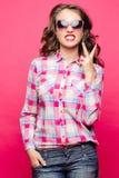 Эмоциональная девушка показывая зуб и мир пальцами стоковое фото