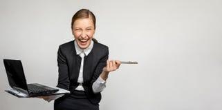 Эмоциональная девушка работая в офисе стоковые фотографии rf