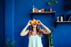 Эмоциональная женщина держа апельсины стоковые фотографии rf