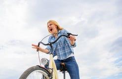 Эмоциональная женщина наслаждается велосипед праздники Велосипедист дамы с велосипедом крейсера Девушка тратит велосипед катания  стоковое фото rf