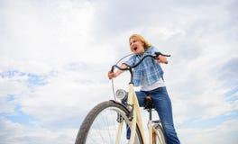 Эмоциональная женщина наслаждается велосипед праздники Девушка тратит велосипед катания отдыха Самые последние новости для рекреа стоковые фото