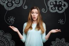 Эмоциональная женщина смотря удивленный пока смотрящ новый орнамент в ее комнате Стоковое Фото