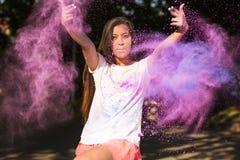 Эмоциональная загоренная футболка женщины нося белая, играя с Holi Стоковые Изображения RF
