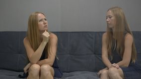 Эмоциональная концепция разума На одной стороне стресса и гнева чувства молодой женщины с другой стороны изображения видеоматериал
