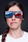 Эмоциональная молодая женщина в стеклах 3d Стоковые Изображения RF