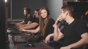 Эмоциональная сцена в клубе игры ПК где один gamer преуспеть, другое потерянное сражение видеоматериал