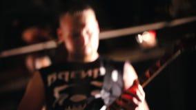 Эмоциональное представление песни на концерте Положение гитариста вокалиста и человека женщины за ограждать сток-видео