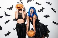 Эмоциональные молодые женщины в костюмах хеллоуина Стоковые Фотографии RF