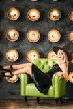 Эмоциональные молодые женщины в хеллоуине костюмируют сидеть на chait стоковые фото