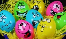 Эмоциональные пасхальные яйца в корзине Стоковые Изображения