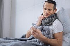 Эмоциональный больной человек идя принять таблетки Стоковые Изображения