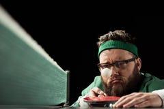 эмоциональный бородатый теннисист с ракеткой и шариком тенниса стоковое изображение rf
