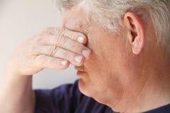 эмоциональный получая старший человека Стоковая Фотография