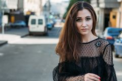 Эмоциональный портрет портрета моды стильного милой молодой женщины портрет города девушка унылая Брюнет в черном платье expectat Стоковое фото RF