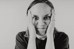 Эмоциональный портрет шального парня в конце-вверх концепция: нервное расстройство, психическая болезнь, головные боли и мигрень  стоковая фотография rf