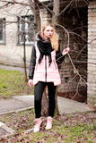 Эмоциональная блондинка в черной и розовом при закрытые глаза держа tr Стоковое фото RF