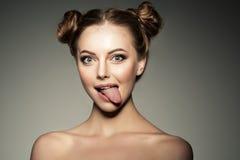 эмоциональная девушка Красивая современная модель показывает wom позитва языка стоковые изображения