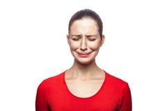 Эмоциональная женщина с красными футболкой и веснушками стоковое изображение