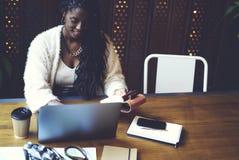 Эмоциональная красивая афро американская женщина стоковое фото